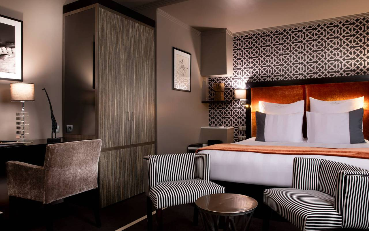 Spacious room with armchairs, 5-star hotel Eiffel tower Paris, Juliana hotel Paris
