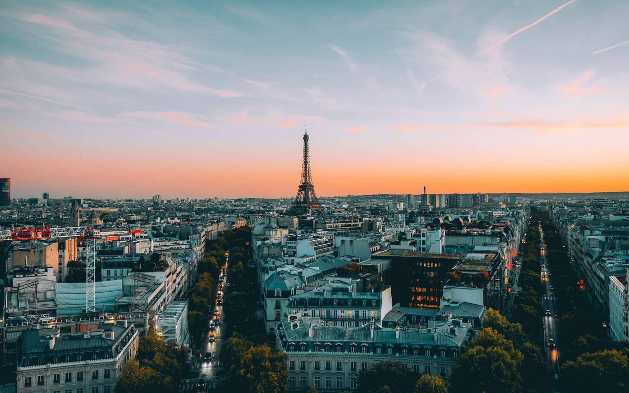 View on the life of Paris and the Eiffel Tower, hotel view eiffel tower, Juliana, Juliana Hotel Paris.