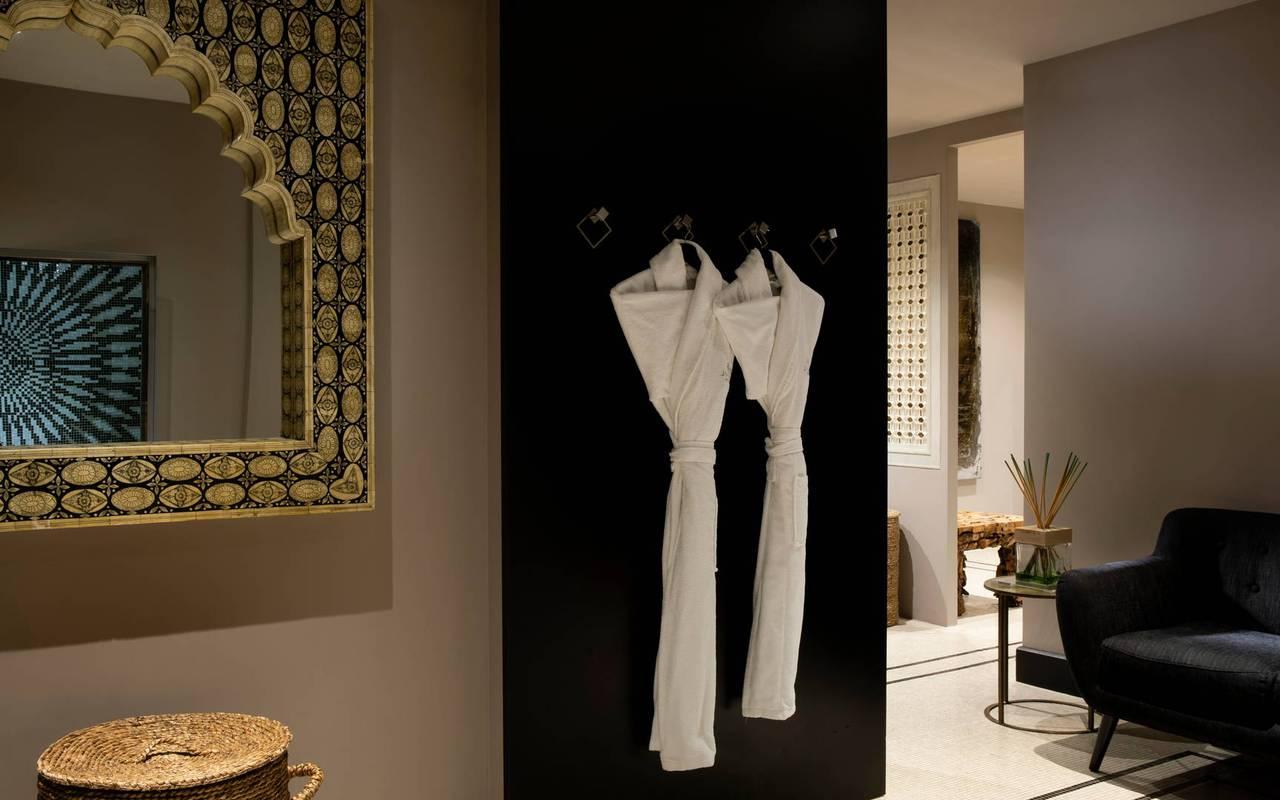 Espace cosy avec des peignoirs à disposition, hotel spa tour eiffel, Juliana Hotel Paris.