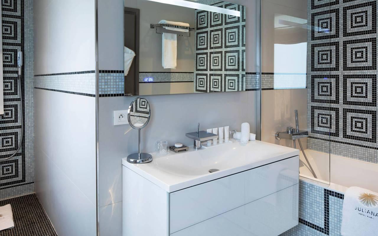 Salle de bain bien équipée avec baignoire, hotel luxe paris 7, Juliana Hotel Paris.