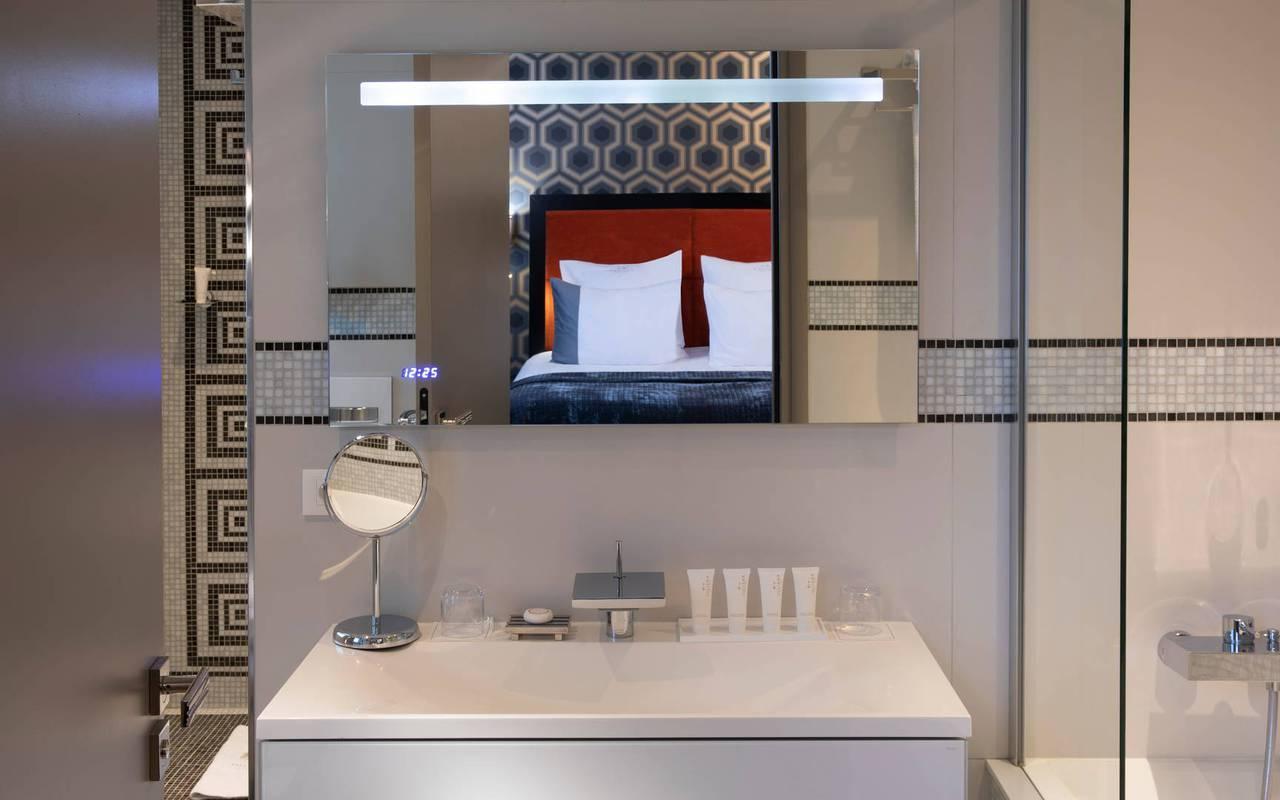Salle de bain avec lavabo, hotel luxe paris 7, Juliana Hotel Paris.