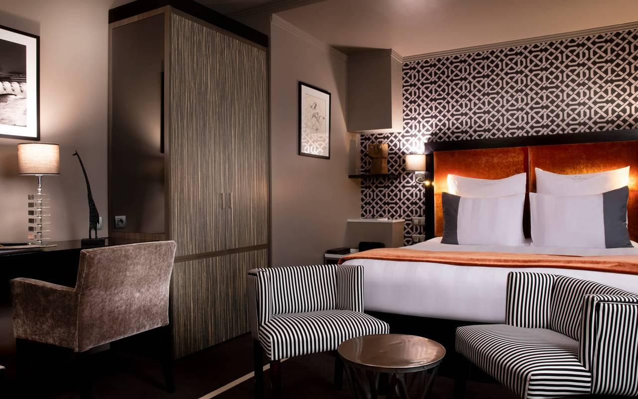 Suite junior avec lit double et coin bureau, hotel de luxe paris, Juliana Hotel Paris.