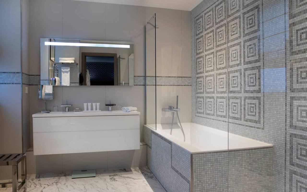 Salle de bain élégante avec une baignoire, hotel de luxe paris, Juliana Hotel Paris.