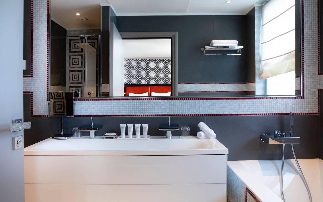 Salle de bain avec baignoire, hotel de luxe paris, Juliana Hotel Paris.