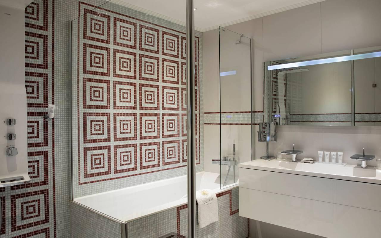 Salle de bain élégante avec baignoire et lavabo, hotel de luxe paris, Juliana Hotel Paris.