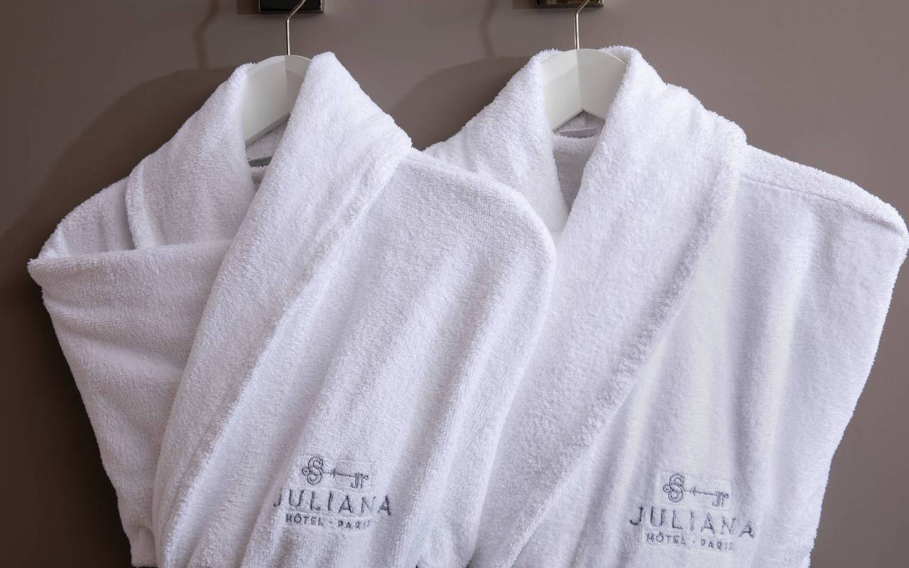 Peignoir à disposition de nos clients, hotel de luxe paris, Juliana Hotel Paris.