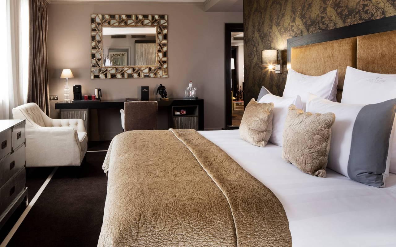 Lit double confortable dans une chambre élégante et agréable,hotel luxe tour eiffel, Juliana Hotel Paris.