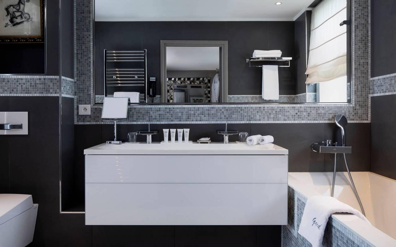 Salle de bain bien équipée avec une grande baignoire, hotel luxe tour eiffel, Juliana Hotel Paris.