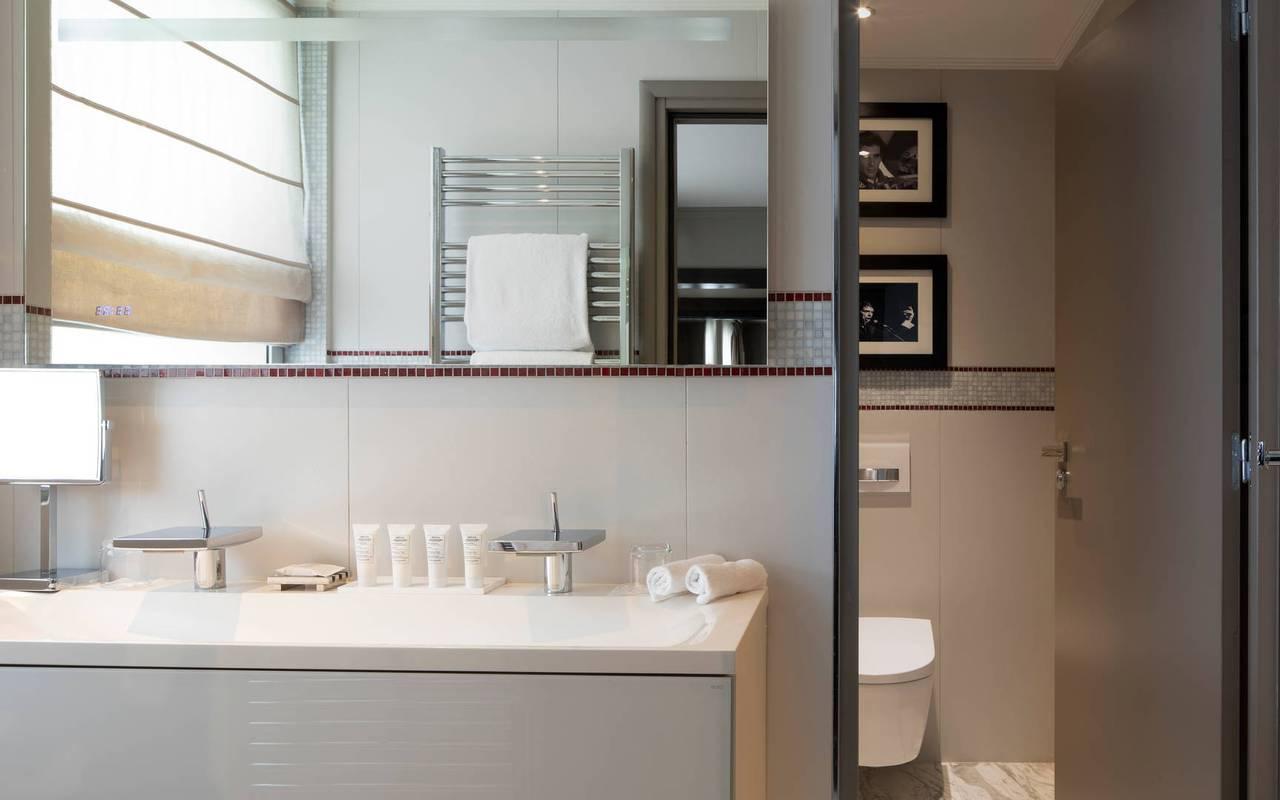 Salle de bain moderne et élégante, hotel luxe tour eiffel, Juliana Hotel Paris.