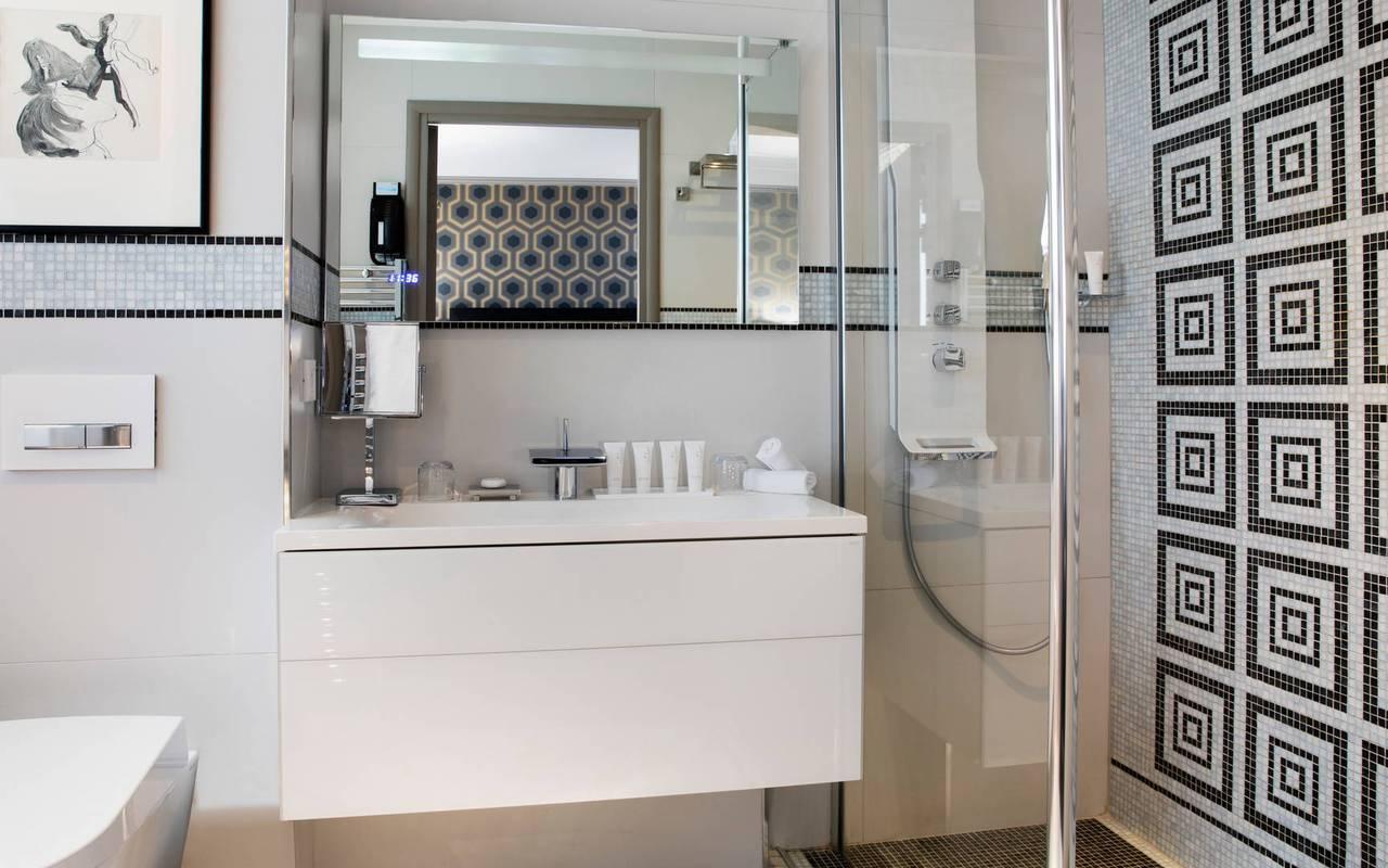 Salle de bain élégante avec douche à l'italienne,hotel chic paris, Juliana Hotel Paris.