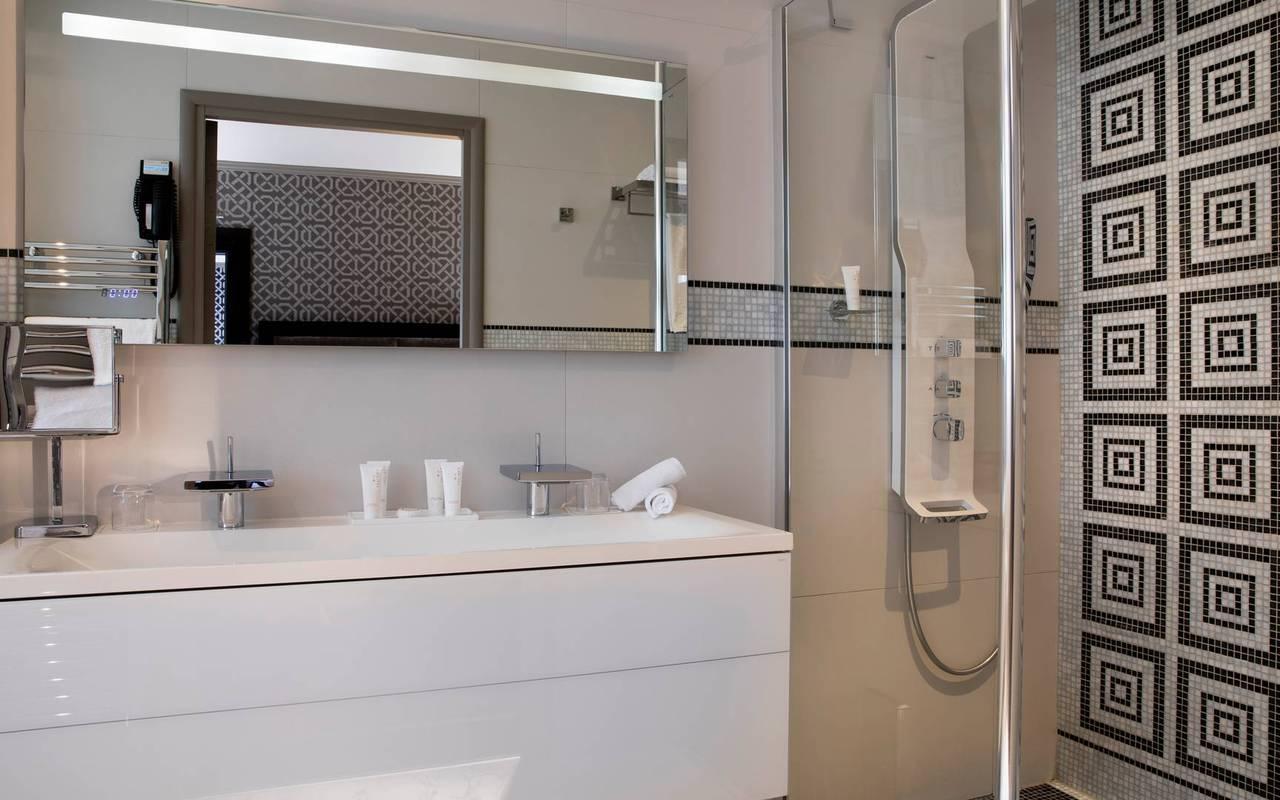 Salle de bain équipée, hotel chic paris, Juliana Hotel Paris.