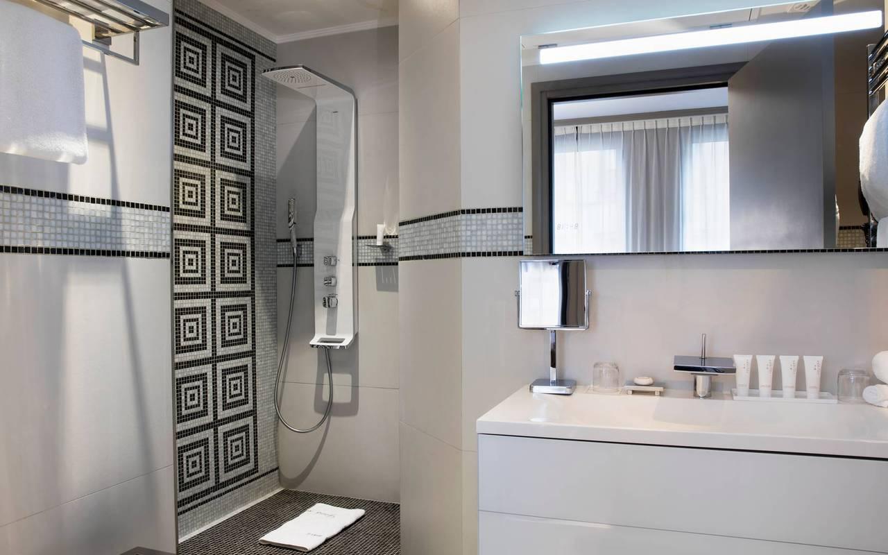 Douche à l'italienne dans la salle de bain, hotel chic paris, Juliana Hotel Paris.