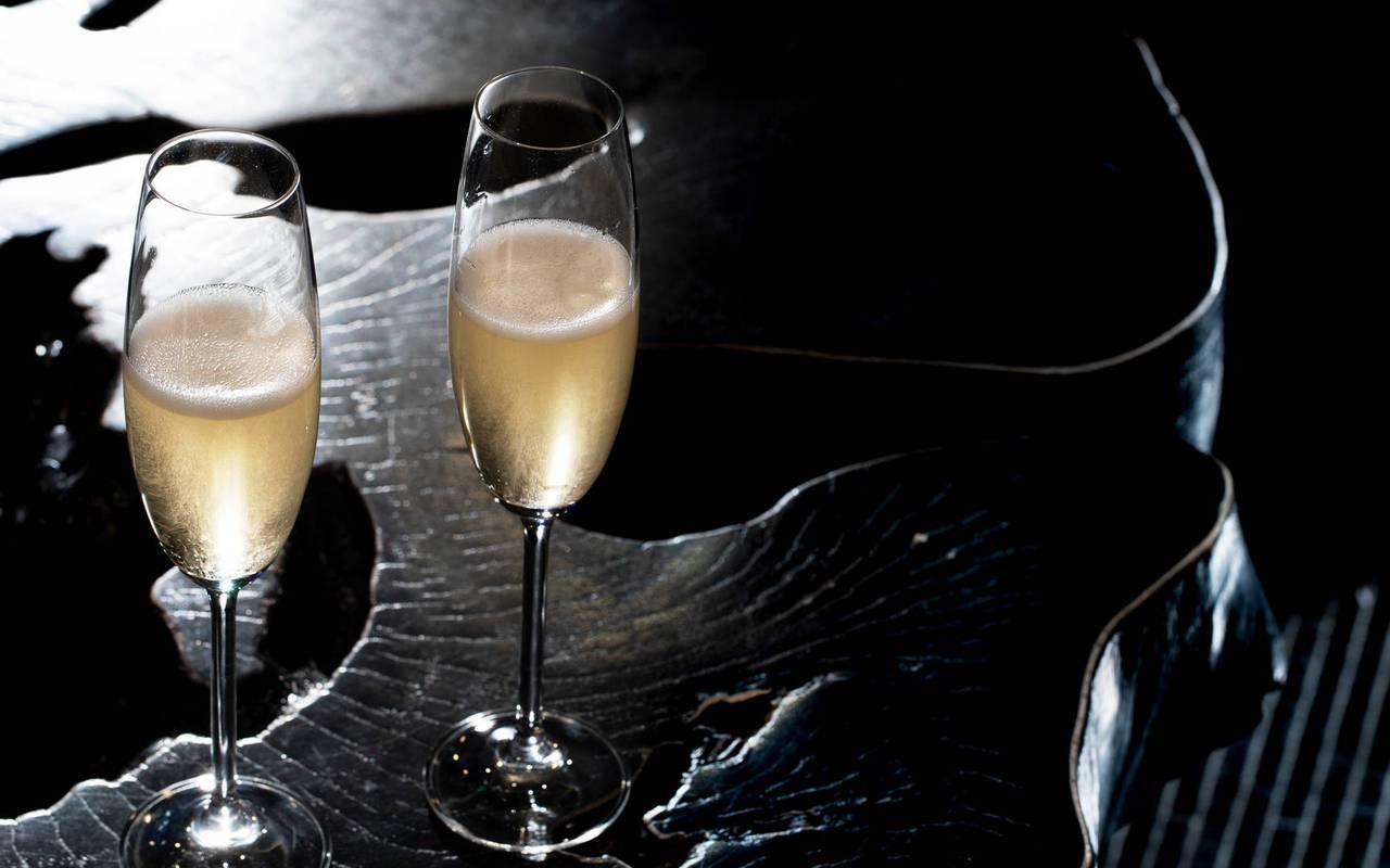 Coupes de champagne, hotel vue sur la tour eiffel, Juliana Hotel Paris.