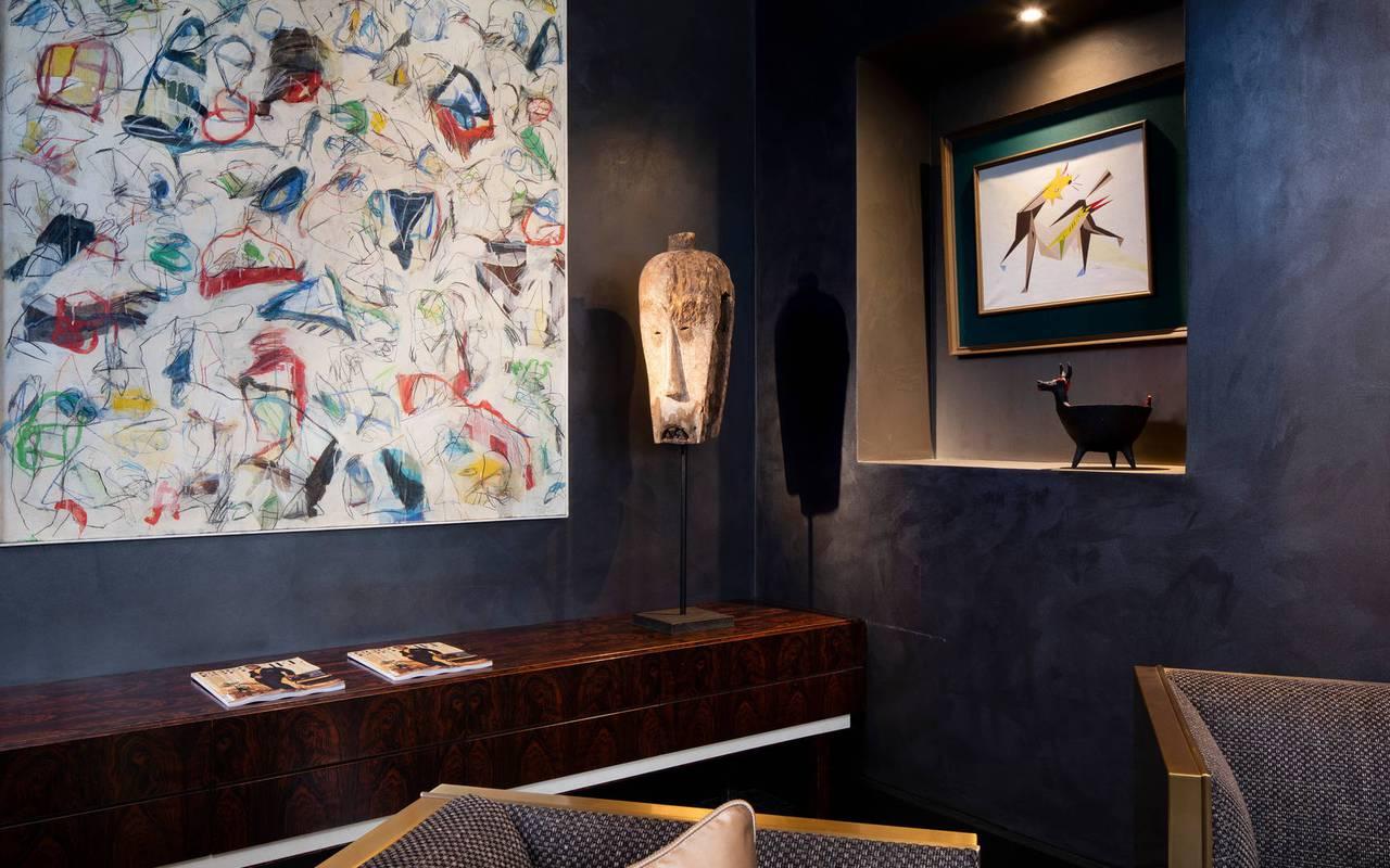 Salon décoré avec fauteuils, hotel vue sur la tour eiffel, Juliana Hotel Paris.