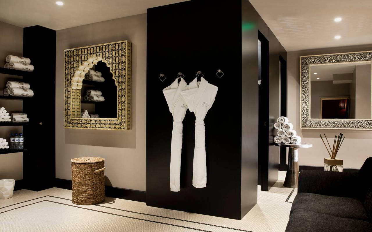 Espace détente avec peignoirs et fauteuils, hotel vue sur la tour eiffel, Juliana Hotel Paris.
