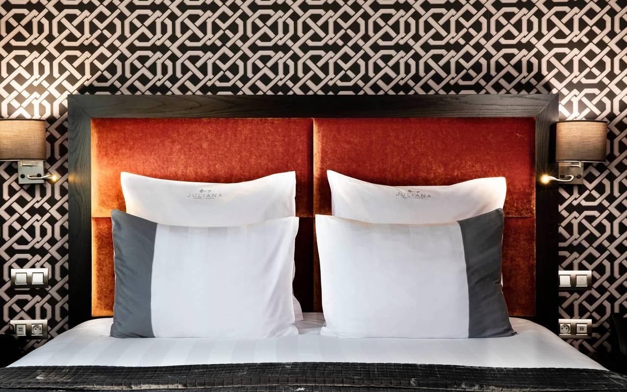 Vue de la tête de lit avec les coussins, hôtel avec vue sur la Tour Eiffel, Juliana Hôtel Paris