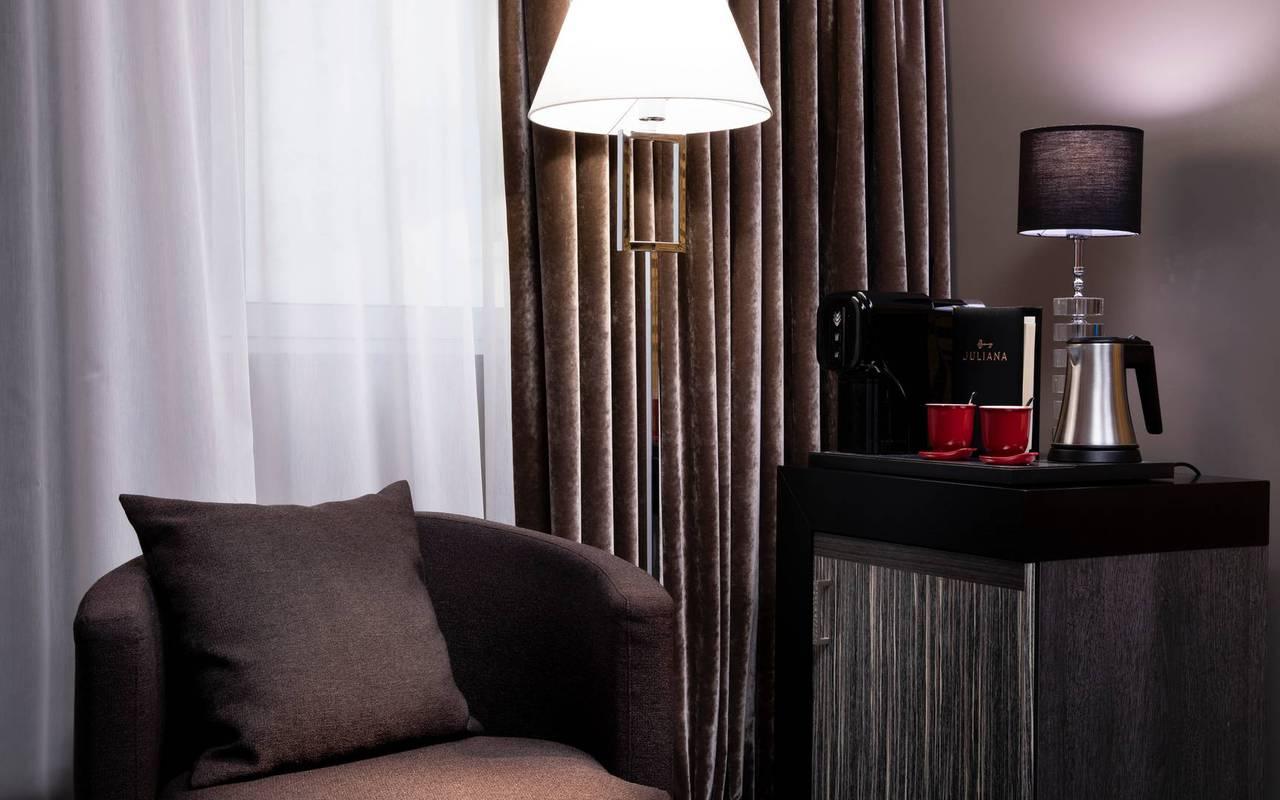 Coin salon avec fauteuil, hôtel avec vue sur la Tour Eiffel, Juliana Hôtel Paris