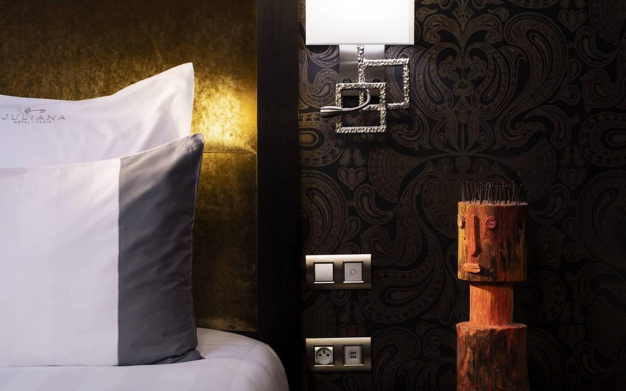 Detail sur la tête de lit, hôtel avec vue sur la Tour Eiffel, Juliana Hôtel Paris
