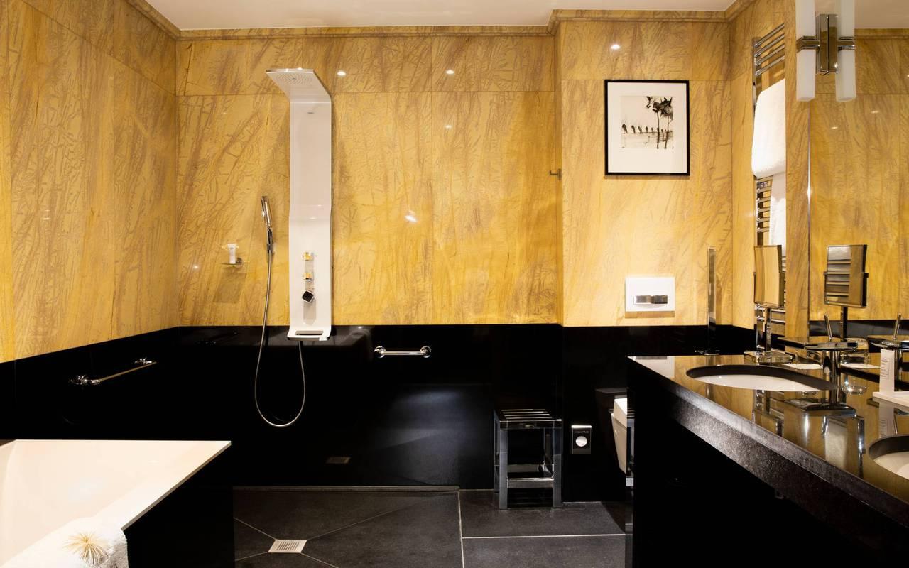 Chambre spacieuse avec baignoire et douche, hôtel avec vue sur la Tour Eiffel, Juliana Hôtel Paris