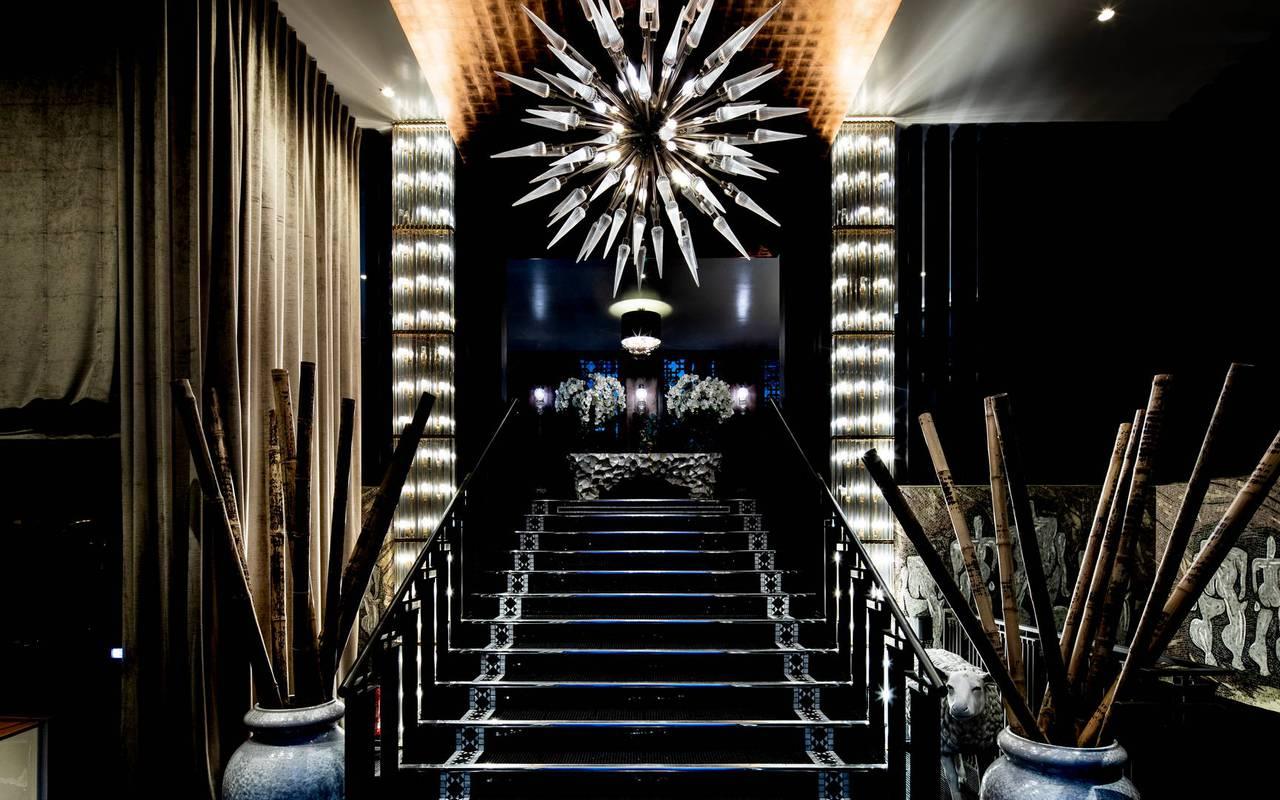 Hall de l'hôtel avec grand lustre luxueux, hôtel avec vue sur la Tour Eiffel, Juliana Hôtel Paris