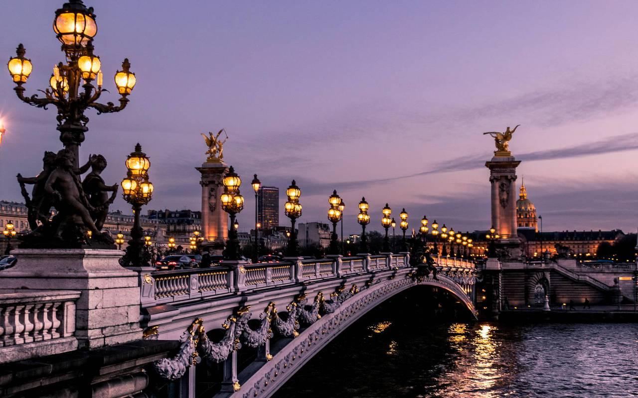 Le pont des invalides de nuit, hotel proche tour eiffel, Juliana Hotel Paris.