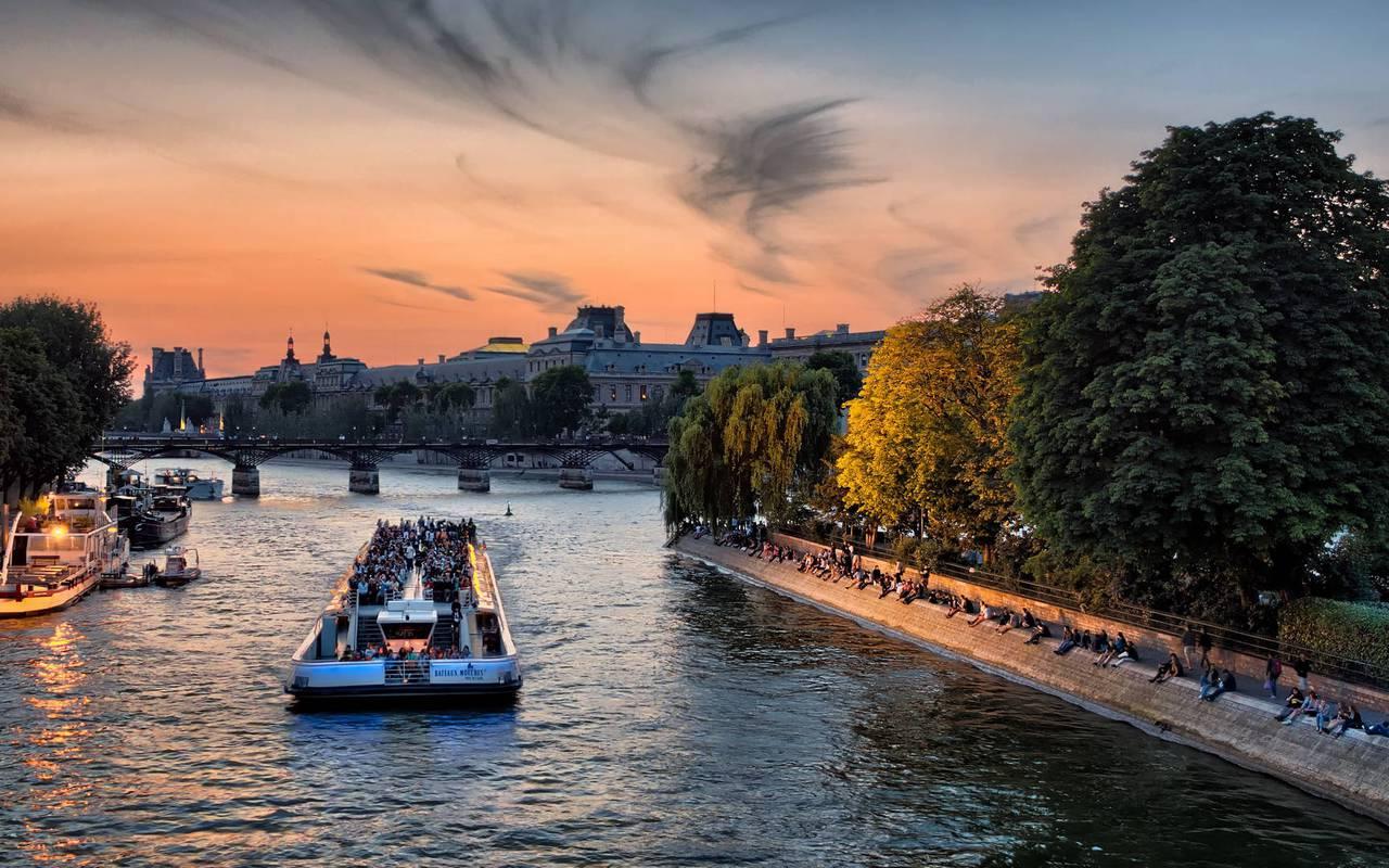 Découvrir Paris sur un bateau de croisière sur la Seine, hotel proche tour eiffel, Juliana Hotel Paris.